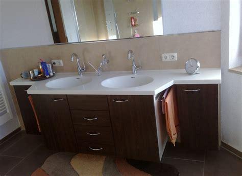 Badezimmer Waschbecken Unterschrank Aus Dunklem Holz