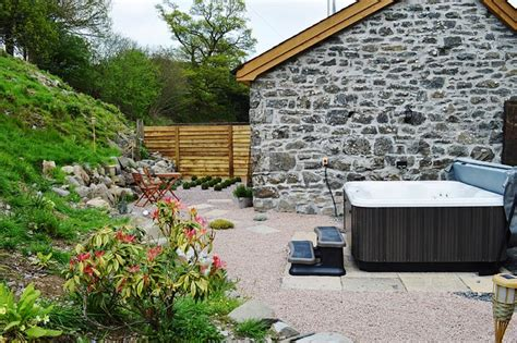Romantic Cottage With Hot Tub In Wales