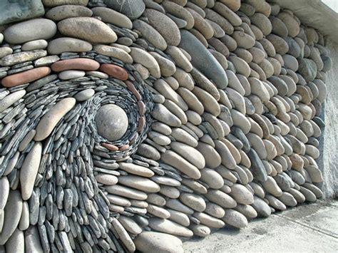 Sehr traditionell ist eine steinmauer mit einem holztor. Steinwand als Kunstwerk - was können Künstler aus Steinen erschaffen