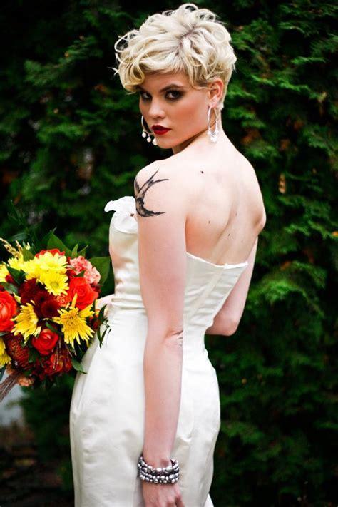 Coupe courte pour mariée aux cheveux ondulés   Coiffure