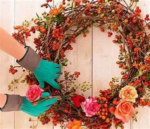 Herbstkränze Selber Machen : pr chtiger kranz mit rosen und hagebutten schritt 3 bild 15 living at home ~ Markanthonyermac.com Haus und Dekorationen
