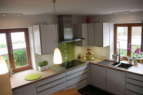 schlafzimmergestaltung mit dachschrge kueche magnolie arbeitsplatte grau moderne inspiration innenarchitektur und möbel