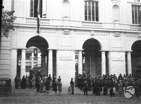 Ufficio Di Collocamento Roma Cinecittà by Piccola Folla All Ingresso Dell Ufficio Di Igiene