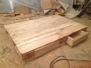 sofa bauen palettentisch beistelltisch couchtisch aus europaletten selber bauen palettenbett und