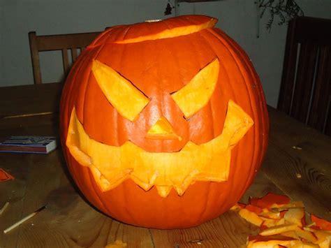 gruseliges halloween kuerbisgesicht selber schnitzen