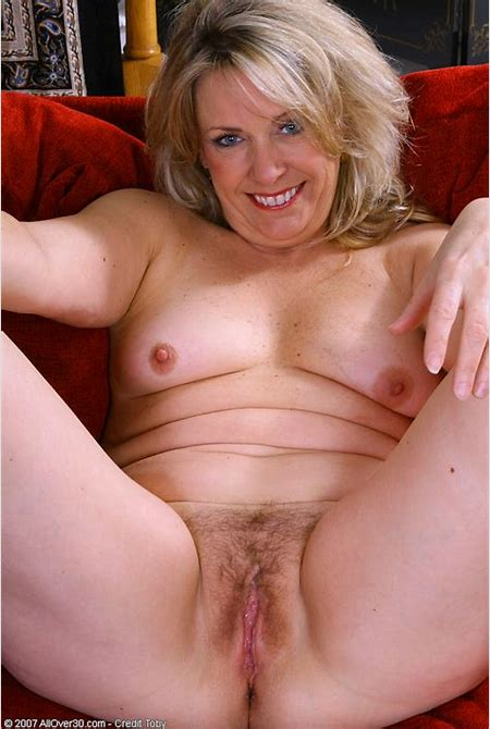46 year old Leah loves showing her plump pussy - Pichunter