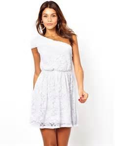 robe de mariã e simple dentelle la robe blanche en dentelle idéale pour cacher sa culotte befashionlike