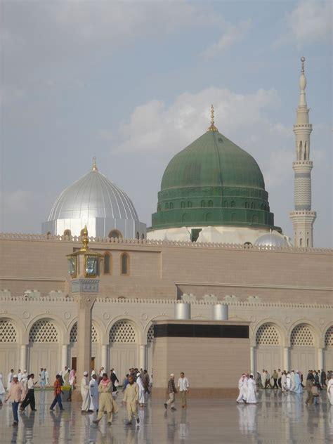 medina saudis   bulldozer  islams history authorities  building  mosque  big
