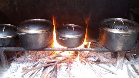 cuisine feu de bois cuisine au feu de bois photo de la table des randonneurs