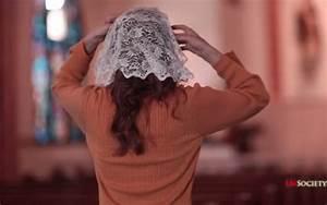 10 razones por las que algunas mujeres están volviendo a usar Mantilla en Misa ChurchPOP