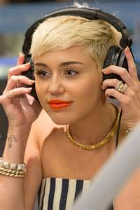 miley cyrus engagement ring miley cyrus keeping 100 000 engagement ring post split with liam hemsworth report huffpost