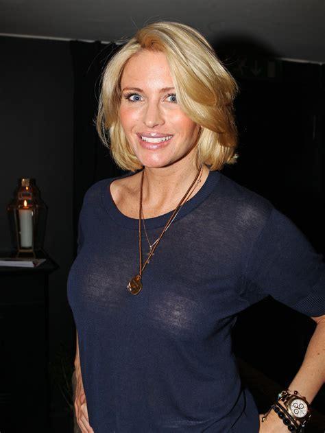 Carolina gynning transparant tröja kort blondt hår ler