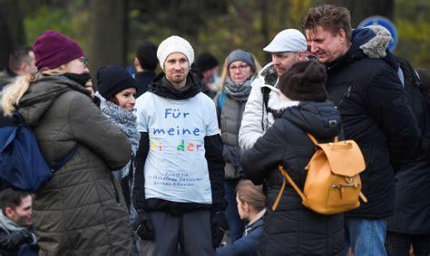 Diseldorfā simtiem cilvēku protestē pret Covid-19 dēļ ...