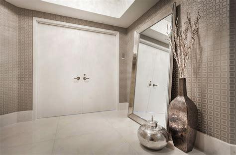etudiant femme de chambre décoration porte entrée villa déco sphair