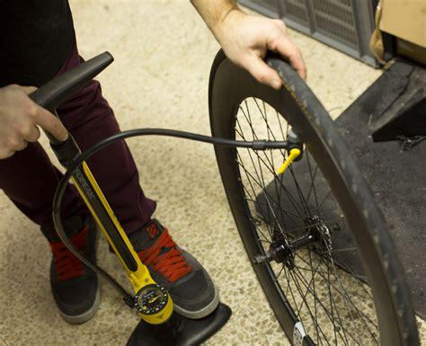 changer chambre à air vélo course comment changer une chambre à air de vélo tuto ultimebike