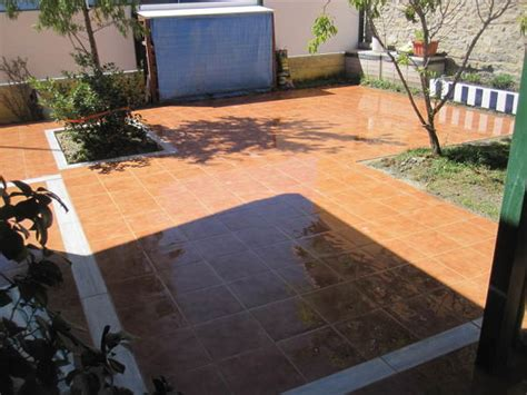 foto pavimento de gres  cenefa  jardineras de