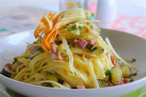 pasta con fiori di zucca e pancetta tagliatelle all uovo con pancetta zucchine e fiori di
