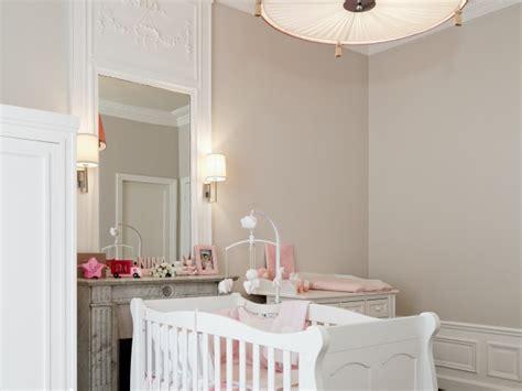 chambre bebe beige beige rosé pour les murs et moulures blanches chambre