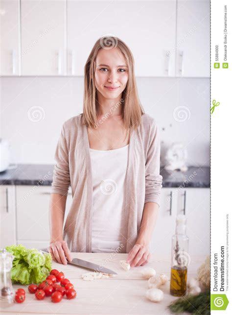 femme a la cuisine femme faisant cuire dans la cuisine photo stock