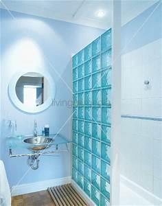 Wand Aus Glasbausteinen : modernes badezimmer mit glasbausteinen und edelstahlwaschbecken in glas waschtisch bild kaufen ~ Markanthonyermac.com Haus und Dekorationen