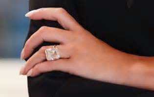 this one gleaming detail in melania 39 s official portrait has liberals fuming - Melania Wedding Ring