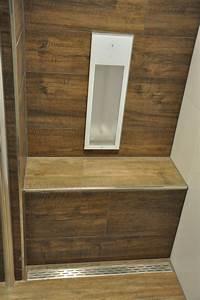 Sitzbank Für Badezimmer : badezimmer mit fliesen in holzoptik passend sitzbank in der dusche mit fliesen und ablaufrinne ~ Eleganceandgraceweddings.com Haus und Dekorationen
