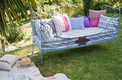 transformer un lit en canapé transformer un lit en fer forgé en canapé d 39 extérieur