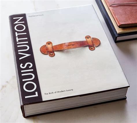 Louis vuitton grundades som ett lyxigt lädervaruhus 1854 och var under många decennier en av världens ledande tillverkare av bagagerum och tillbehör. Louis Vuitton: The Birth of Modern Luxury, Coffee Table ...
