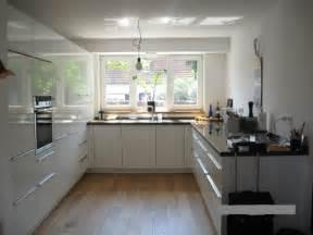 patio oldenburg weisse hochglanz küche weisse hochglanz kueche beton arbeitsplatte mosaik steim boden lichtvoute