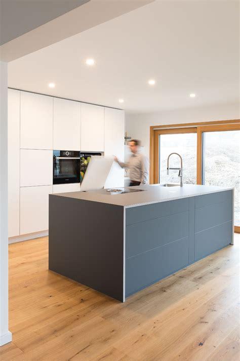 küchen modern mit kochinsel k 252 cheninsel kochinsel grau wei 223 designerk 252 che