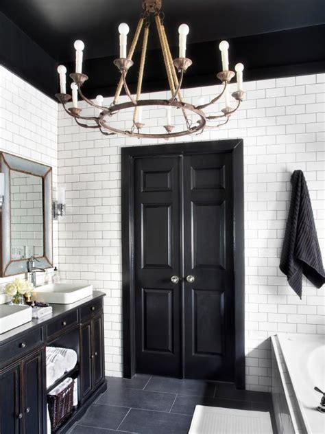 Badezimmer Schwarz Weiss by Timeless Bathroom In Black And White Hgtv