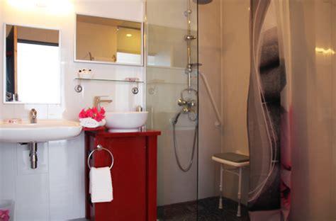 chambre pour 4 personnes chambre handicapée adaptée aux personnes à mobilité