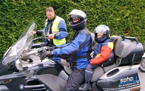 kinder auf motorrad start