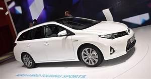Toyota Auris Break Hybride : toyota auris touring sport le premier break hybride essence ~ Medecine-chirurgie-esthetiques.com Avis de Voitures