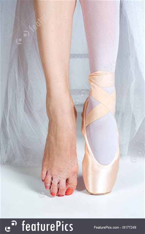 image   close  feet  young ballerina  pointe shoes
