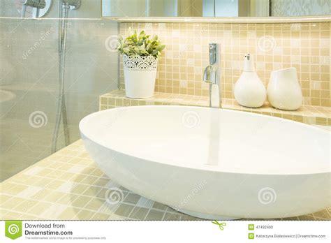 lavabo dans la toilette de luxe beige photo stock image 47432490