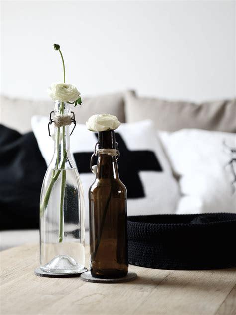 alte schlittschuhe dekorieren alte flaschen als vasen dekorieren mxliving