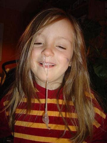 gibt es einen grund weshalb kinder  eigenartig niesen