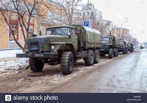 ural 4320 kaufen gr 252 ne russische milit 228 r lkw ural 4320 wert in der zeile auf einer stadtstra 223 e stockfoto bild
