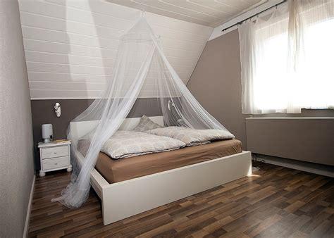 schlafzimmer ideen eine dachschräge bett schr 228 ge vorhang