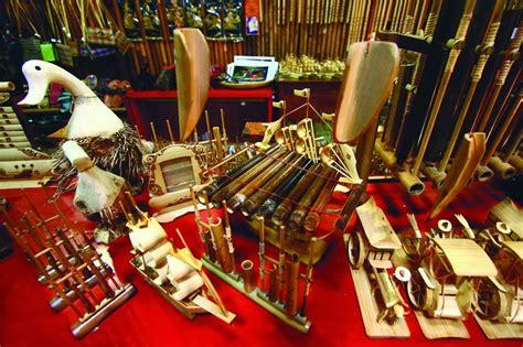 Salah satu kebudayaannya bisa dilihat dari alat musik tradisional suku dayak yang masih sering digunakan, seperti berikut ini: ALAT MUSIK TRADISIONAL KALIMANTAN TENGAH