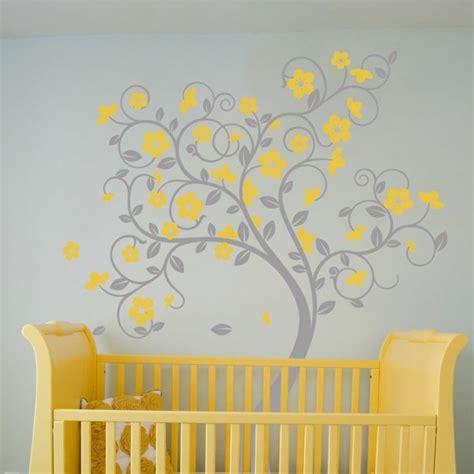 chambre b b grise et stickers arbre dans la chambre bébé et enfant en 28 idées