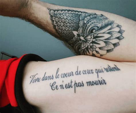 tatouage phrase les mots  fleur de peau tattoome
