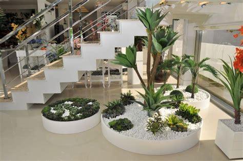 ideas decorar bajo la escalera  guijarros  plantas