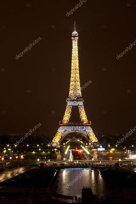 torre eiffel illuminata torre eiffel illuminata di notte foto editoriale stock
