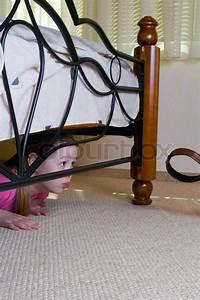 Bett Für 2 Jähriges Kind : das kind versteckt sich unter einem bett stockfoto colourbox ~ Markanthonyermac.com Haus und Dekorationen