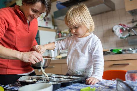 cuisine de maman aide de fille de bébé faisant cuire avec sa maman dans la