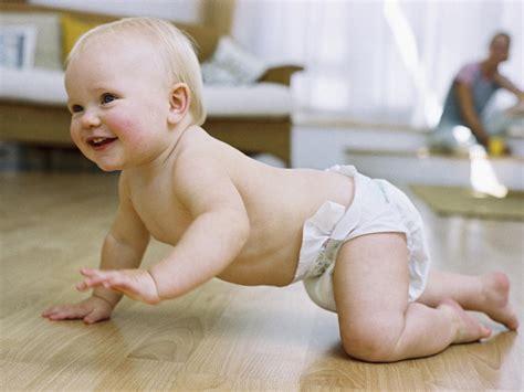 a quel age bébé tient assis dans une chaise haute développement et progrès de votre bébé de 6 mois babycenter