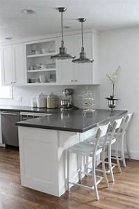 Deco salon amenagement petite cuisine blanche et gris for Deco cuisine avec chaise salon blanche