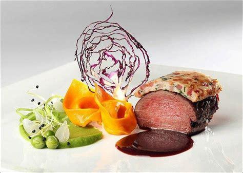 chef de cuisine étoilé viande et dentelles de couleurs version festival